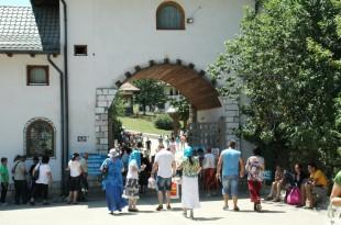 Ilegalitați la mormântului părintelui Arsenie Boca
