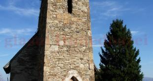 Turist la biserica batjocorită