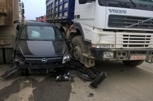 A intrat cu mașina pe autostrada închisă și a rămas blocat între două basculante