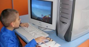 Zeci de elevi primesc sprijin de la stat pentru a-şi cumpăra un calculator