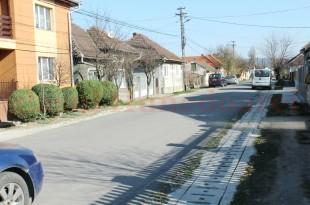 Una dintre multele străzi din Simeria care au scăpat de noroaie în ultimii trei ani.