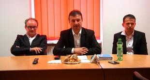 """Dan Bobouţanu a apărut încadrat de cei doi candidaţi la Consiliul Local """"furnizaţi"""" de un vot pe facebook: Paolo Pasqualotto (în stânga imaginii) şi Raul Scurtu."""