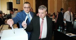 Răzvan Mareș (stânga) și Ovidiu Moș vor fi cei care, alături de Mircia Muntean, vor conduce Primăria municipiului Deva