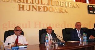 Noii şefi ai judeţului (de la stânga la dreapta): Mircea Bobora (vicepreşedinte), Sorin Adrian Vasilescu (vicepreşedinte), Laurenţiu Nistor (preşedinte)