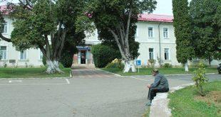 DSP Hunedoara a dispus închiderea bucătăriei Sanatoriului TBC din Geoagiu (foto mic), dar conducerea interimară a instituţiei spitaliceşti nu a reuşit, până acum, să găsească o soluţie 100 la sută conformă cu legea şi bunele practici în domeniu