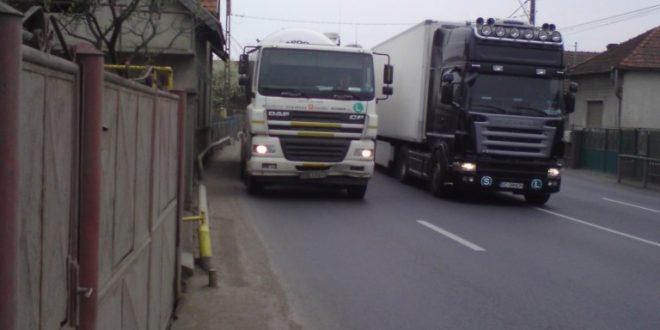 Să fii pieton în Sântuhalm e unul dintre cele mai riscante lucruri posibile, mai ales când camioanele nu mai încap pe şosea