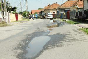 În Sântuhalm, refacerea canalizării s-a lăsat şi cu un şanţ permanent de-a lungul străzii principale a satului