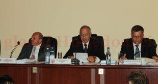 Nici fostul Prefect, Sorin Adrian Vasilescu (stânga), și nici secretarul județului (dreapta) nu i-au spus președintelui CJ Hunedoara că greșește procedura de vot.