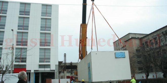 Unul dintre cele două blocuri operatorii la momentul montării lor, la Deva, în martie 2009