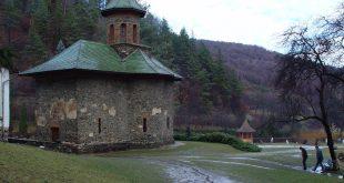 În 2003 nu erau pietruite nici măcar aleile din jurul bisericii