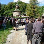 manastire-prislop-2007-aleea-principala-cu-pamant-pietris-si-doar-cativa-tarusi-pe-margini