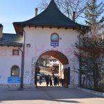 prislop-noiembrie-2016-indicatoare-mari-la-intrarea-efectiva-in-manastire