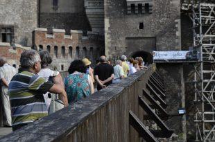 Turismul din Hunedoara se rezumă şi acum la simpla vânzare de bilete. Turiştii plătesc, vizitează şi... pleacă să doarmă în Sibiu, Alba, Cluj, Timiş sau Arad.