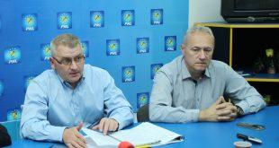 Florin Roman (în stânga) şi Lucian Heiuş, pe vremea în care, cel puţin teoretic, primul trebuia să-i netezească drumul spre şefia PNL celui de-al doilea.