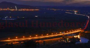 """Edilii Devei vor să """"acopere"""" cu o proiecţie laser """"pata"""" neagră care apare pe Dealul Cetăţii (în plan secund) şi se vede cel mai bine de pe autostradă"""