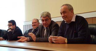 Mihai Tudose (în centrul imaginii, încadrat de Daniel Andronache, în stânga, şi Laurenţiu Nistor) a promis sprijinul Ministerului Economiei pentru mai multe proiecte ale CJ Hunedoara, dar şi pentru ameliorarea situaţiei economice în care se regăsesc societăţile Minvest Deva şi Mecanica Orăştie