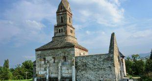 Biserica – monument de la Densuş este doar una dintre zecile de atracţii extraordinare ale Ţării Haţegului