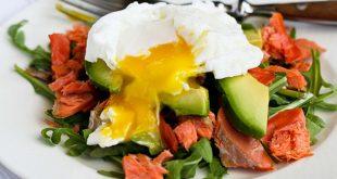 micul-dejun-pe-care-trebuie-sa-l-incerci-oua-posate-pe-pat-de-rucola-somon-afumat-si-avocado_size1