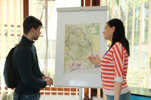 """În lipsa unor hărţi turistice de buzunar, turiştii care vin la CNIPT Deva sunt """"şcoliţi"""" ca într-o sală de clasă, la o hartă mai mare"""