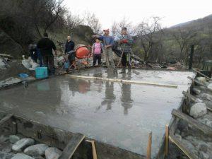 Muncitorii au finalizat deja construcția fundației pentru noua locuință