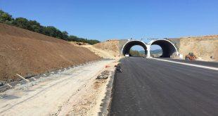 În loc să urgenteze construirea unei autostrăzi pe care trebuia să o avem gata încă din 2014, noul ministru al Transporturilor încearcă renegocieri cu Comisia Europeană pe tema tunelurilor