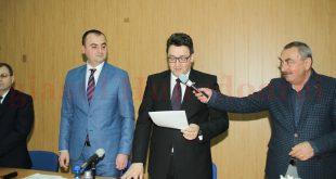 """Încă de la momentul depunerii jurământului, prefectul Fabius Kiszely a primit """"sprijin"""" de la președintele Consiliului Județean Hunedoara, Mircea Bobora (în dreapta imaginii)"""