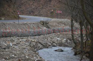 Constructorul a considerat că e mai eficient să folosească piatră de râu în loc de piatră concasată pentru gabioanele de lângă drumul spre Regia, Consiliul Judeţean a decontat lucrarea, iar acum există riscul pierderii a 2 milioane de lei, bani publici