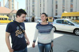 """Tânărul nevăzător Sîrghi Timotei împreună cu mama sa, în curtea Colegiului Național Pedagogic """"Regina Maria"""" Deva"""