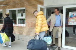 Cei doi copii ai săi, însoțiți de viceprimarul Devei, Răzvan Mareș, i-au dus, ieri, bagajul, la sediul IPJ Hunedoara