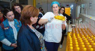 Cornelia Balintoni, explicându-le vizitatorilor de la ProHD şi Avis întregul proces de producţie al uleiului presat la rece