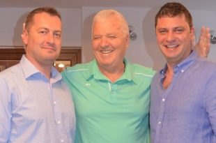 Cornel Resmeriţă ,încadrat de cei doi fii ai săi, Cristian (în stânga imaginii) şi Lucian