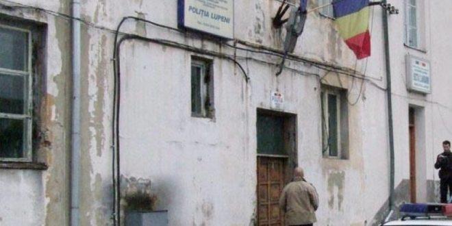 Păţania de sâmbătă a agentului Iustinian Ivanciuc (medalion) arată că, nici acum, problemele de ordin procedural şi organizatoric de la Poliţia Lupeni nu sunt rezolvate. Sursa foto sediul Poliţiei Lupeni – voceastrazii.com
