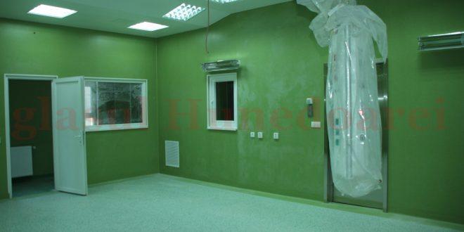 Spaţiile nou-nouţe ale Spitalului Judeţean mai au de aşteptat până să fie mobilate şi utilate. E nevoie de un director, apoi de bani de la CJ, plus o licitaţie
