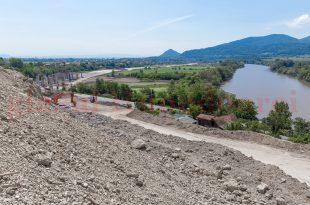 Pământul de pe taluzul de lângă şantierul autostrăzii a luat-o la vale ameninţând gospodăria pe care CNAIR a refuzat să o exproprieze în întregime