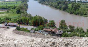 Locuința familiei Ursu este amenințată de alunecările de teren, pentru că la o ploaie mai serioasă dealul s-ar putea prăvăli peste casă
