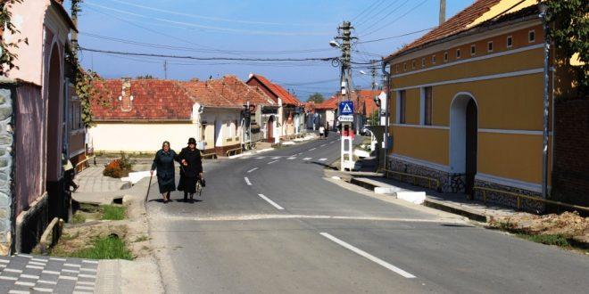 """Toţi românii din Romos şi-au construit casele după """"tiparul"""" gospodăriei unui sas înstărit, aşa că orice necunoscător al zonei nu poate deosebi jumătatea săsească a satului de cea românească"""
