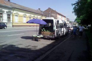 La Deva, vânzătorii ambulanți de lubeniță și pepeni își vând marfa unde apucă. Spre exemplu, în zona Progresul, vânzătorii stau pe carosabil.