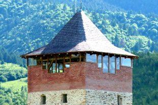 Edilii din Sălaşu de Sus au decis, cam de capul lor, să pună geamuri de plexiglas pe un monument de secolul XIV