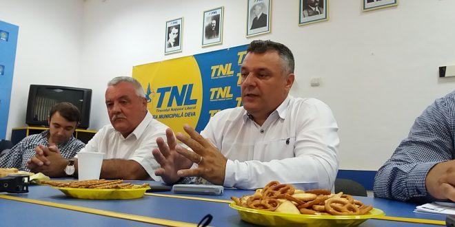 Irinel Faur, Dorin Petrui şi Florin Oancea (de la stânga la dreapta) sunt doar trei dintre vechii liberali care s-au reactivat în PNL Deva