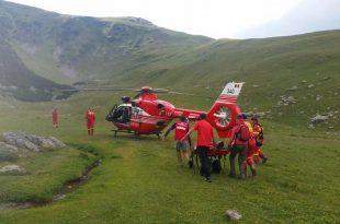 Dacă apelul la 112 ar fi întârziat încă vreo 10 minute, din cauza furtunii care s-a pornit, elicopterul SMURD n-ar mai fi putut să aterizeze în locul în care ciobanul muşcat de viperă a fost adus de salvamontişti. (sursa foto: Salvamont România)