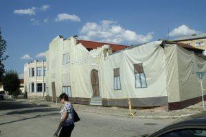 """Singura sală unde exista o scenă pentru spectacole în municipiul Brad, cinematograful """"Zarandul"""", se află în renovare de peste 20 de ani"""