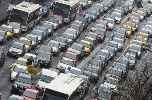 Traficul se desfasoara cu dificultate in zona Piata Romana, din cauza producerii unui accident rutier, in Bucuresti, duminica, 15 februarie 2015. Doua persoane au murit si alte cel putin sase au fost ranite, între care si un copil, dupa ce trei masini s-au ciocnit, în Piata Romana din Capitala, una dintre victime fiind în stare foarte grava. OCTAV GANEA / MEDIAFAX FOTO