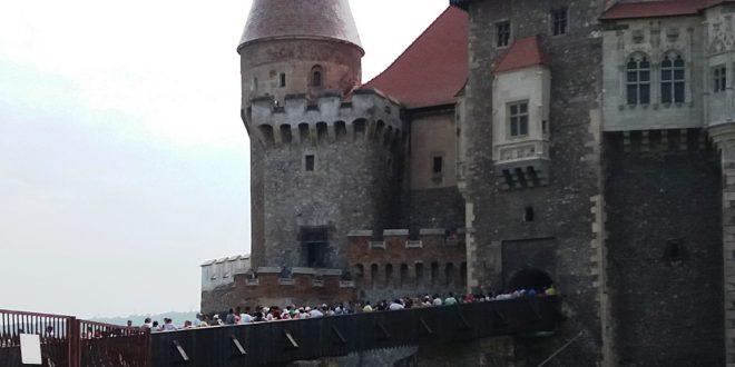 Podul Castelului Corvinilor a fost plin cu turişti care aşteptau să viziteze monumentul în aproape fiecare zi a săptămânii trecute