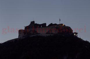Fără luminile sale multe (fie ele şi multicolore) Cetatea Devei arată dezolant seara