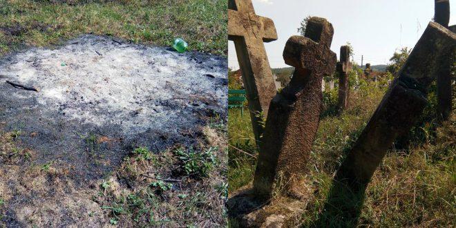 Crucile din cimitirul de la Ţebea stau să se prăbuşească, unele au fiind chiar rupte parţial, în timp ce, printre morminte sunt urme de vegetaţie arsă