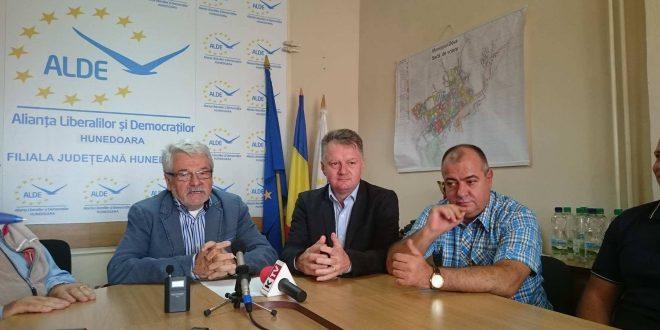 Foto: Ovidiu Popa (centru) va fi candidatul ALDE pentru Primăria Deva
