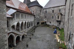 Castelul Corvinilor curtea interioara