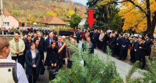 În timp ce liderii Organizaţiei PSD Deva depun coroana de flori, Petru Mărginean (în dreptul săgeţii roşii) se întoarce cu spatele. Sursa foto: replicahd.ro