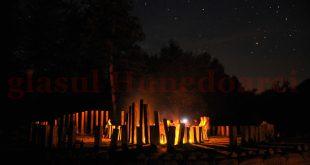 Vechii stâlpi de lemn au fost grav afectaţi de intemperii, însă distrugerea lor s-a accelereat în perioada în care oricine putea să facă orice la Sarmizegetusa Regia, chiar să aprindă lumânări şi focuri de tabără în incinta sacră (imaginea prezentată a fost surprinsă înainte de 2010)