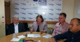 Norica Nicolai (în centrul imaginii) şi Marius Surgent (în dreapta) condamnă decizia PSD-ului de a-l desemna candidat la Primăria Devei pe Petru Mărginean